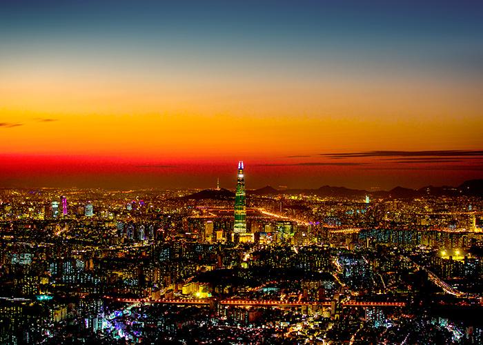Фото ночного вида Сеула, на заднем плане которого виднеется здание 61