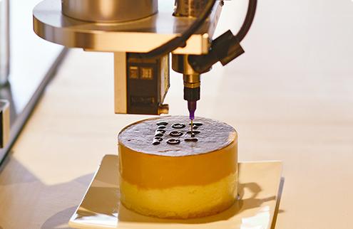 Cafe BOTBOTBOTでロボットがケーキを作っている様子
