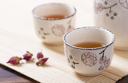 用两个传统茶杯裝的茶的照片