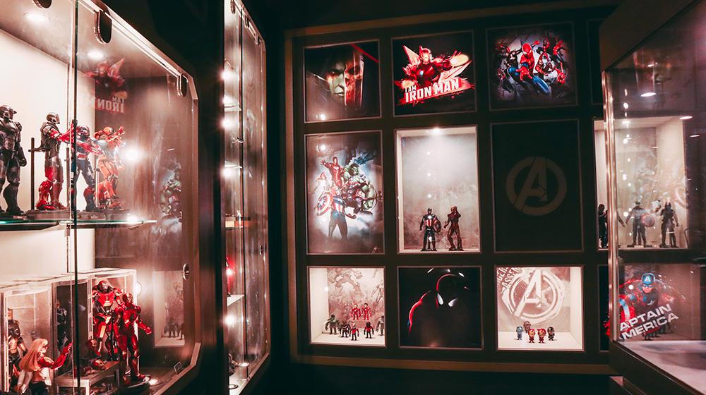 Витрина с фигурками героев Marvel