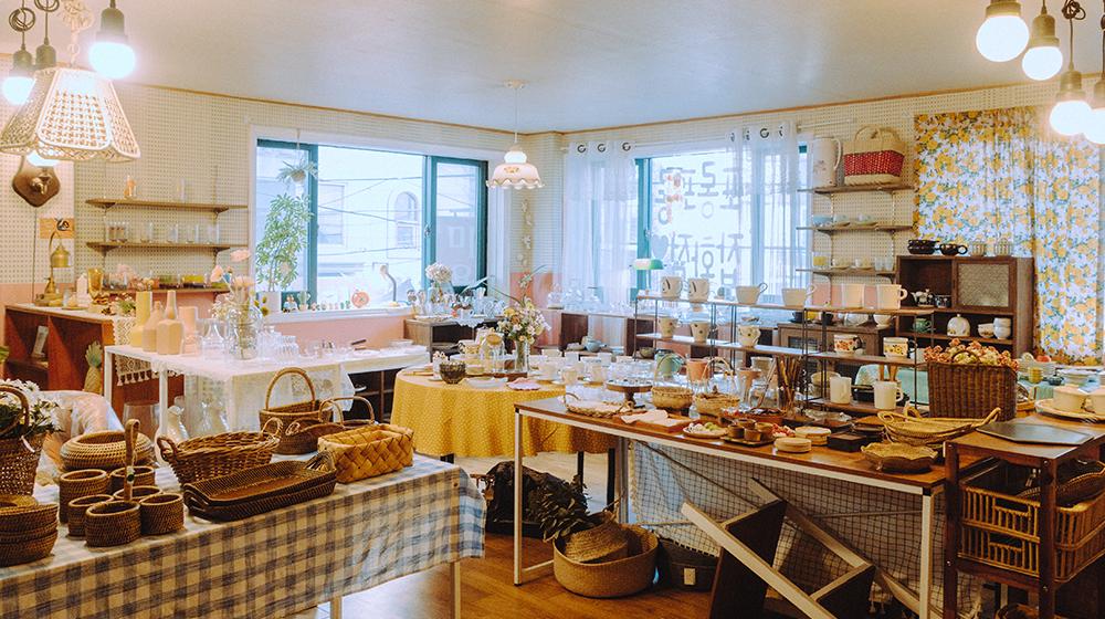 Фото интерьера Porong Porong Life Style Shop с различными плетеными корзинами , подносами, чашками и многим другим