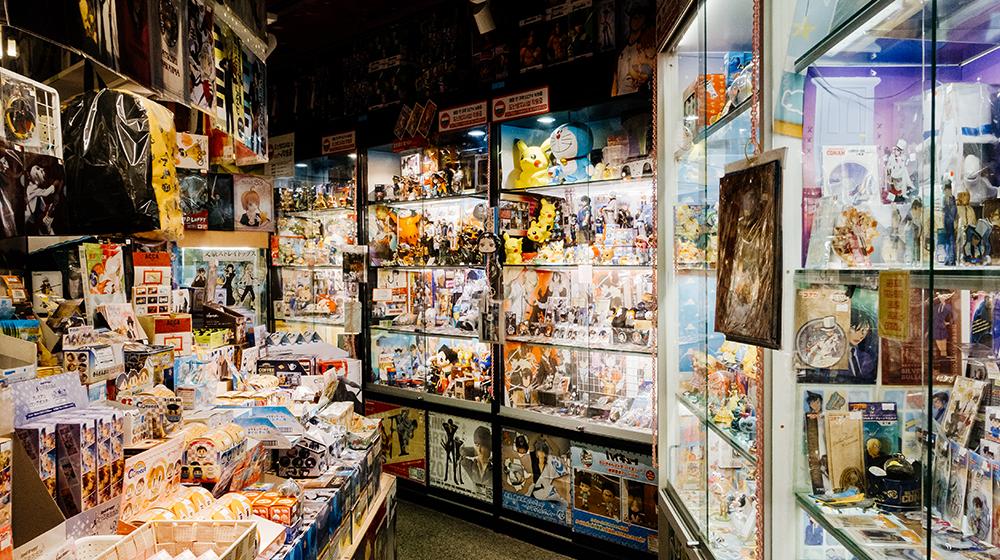 Фото стеллажей заставленных аниме товарами в магазине Anseodang