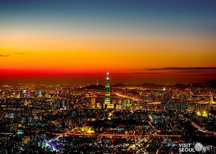 日落時分在瞭望台看到的樂天世界塔和首爾夜景